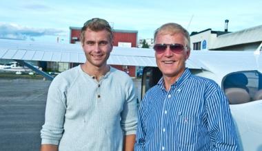 Dag Falk-Petersen på klubbutsjekk med Sigurd Aas i NRFK